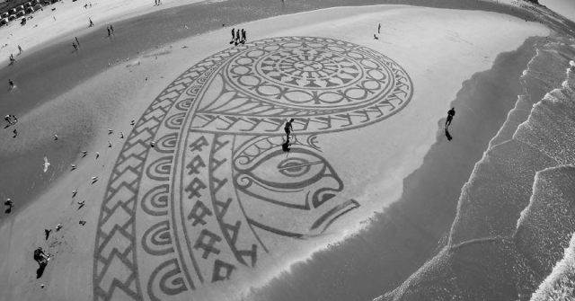 Dutch Artist is a Beach Picasso with His Mind-Blowing Beach Drawings!